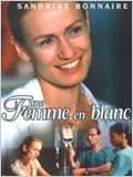 Une femme en blanc