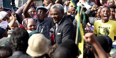 Mandela : un long chemin vers la liberté ce soir sur France 3 : 12 000 figurants, 140 prisonniers, Idris Elba grimé... Tout sur le film !