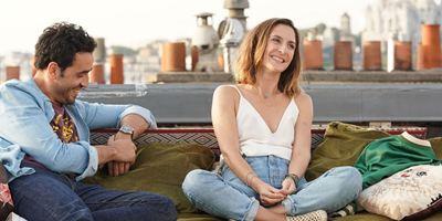 Bande-annonce Premières vacances : Camille Chamoux et Jonathan Cohen, de Tinder à la Bulgarie...
