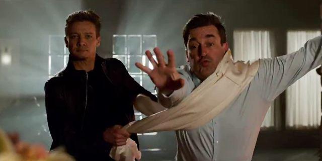Avengers 3 : on a retrouvé Jeremy Renner, il joue à chat dans la bande-annonce délirante de TAG