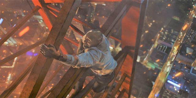 Extraits Skyscraper : Dwayne Johnson bondit d'une grue pour rejoindre une tour en flammes !