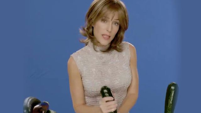Sex Education : Gillian Anderson dévoile un making-of hot de ses tutos sexe