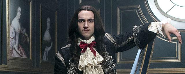 Qui est George Blagden, l'interprète du Roi Louis XIV dans la série Versailles ?
