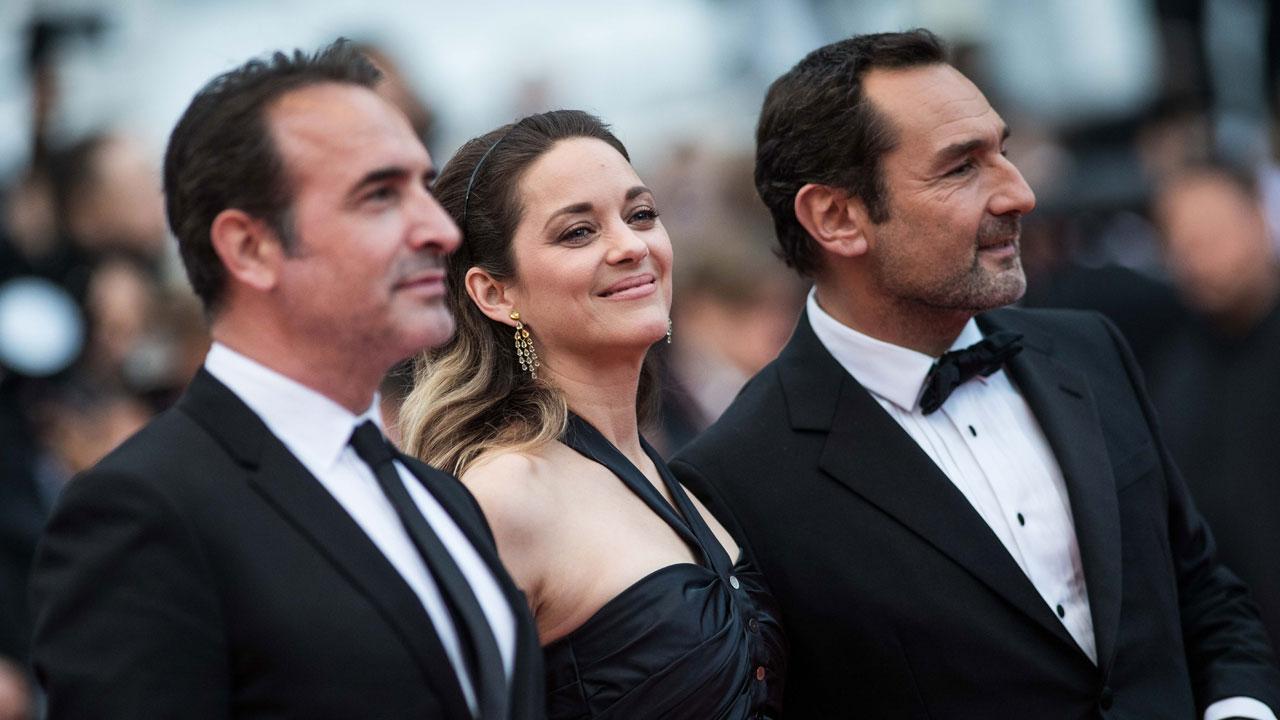 Cannes 2019 : Nicolas Bedos, la Reine Isabelle Huppert et Marion Cotillard taquinée par Gilles Lellouche et Jean Dujardin sur les marches