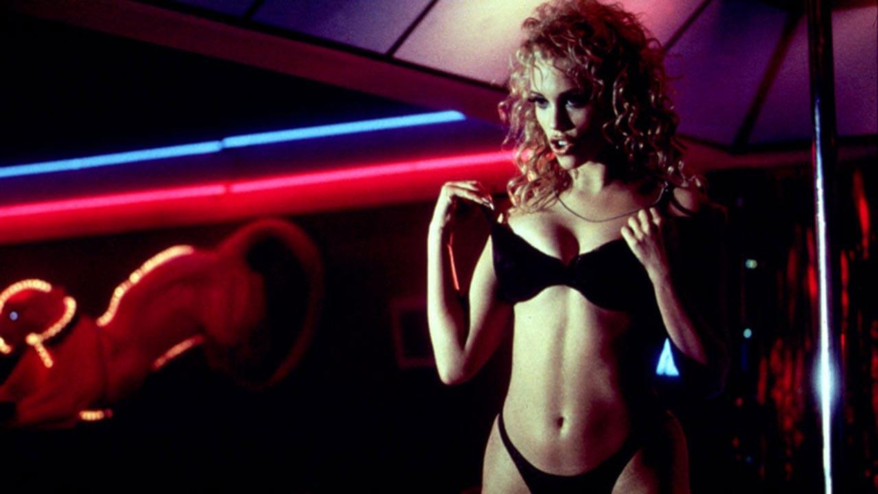 25 ans de Showgirls : qu'est devenue Elizabeth Berkley, la stripteaseuse du sulfureux film de Paul Verhoeven ?