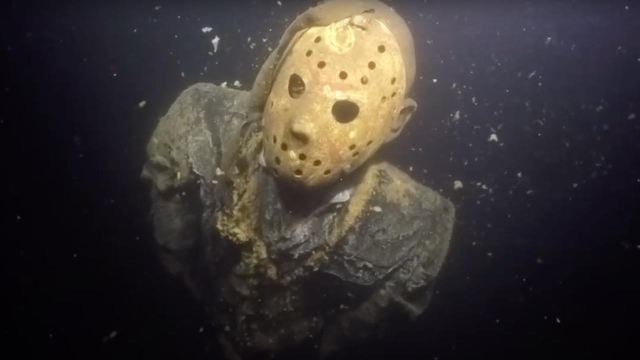 Insolite : une statue du tueur Jason était enchaînée au fond d'un lac