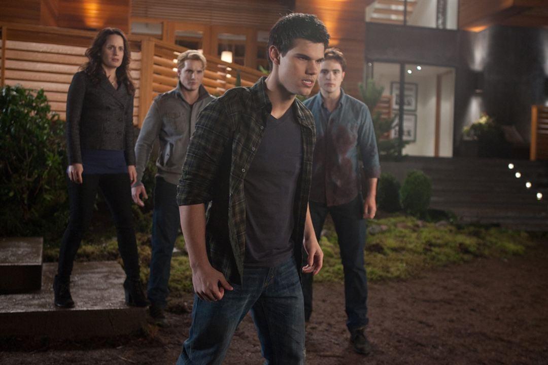 Twilight - Chapitre 4 : Révélation 1ère partie : Photo Elizabeth Reaser, Peter Facinelli, Robert Pattinson, Taylor Lautner