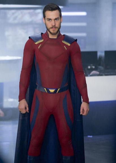 """Le Prince Mon-El (Chris Wood) fait tourner la tête de """"Supergirl""""."""
