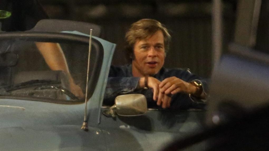 Brad Pitt au volant d'une voiture 60's