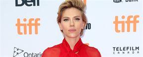 Scarlett Johansson ressemble à une business woman sur les premières images de la comédie Rock That Body