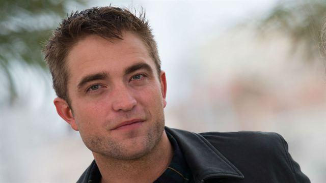 Robert Pattinson concurrencé par Nicholas Hoult pour jouer Batman — Séisme à Gotham