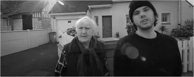 Comment c'est loin : Orelsan fait chanter sa grand-mère ! Découvrez le clip