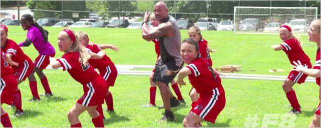 Fast & Furious 8 : Dwayne Johnson entraîne des petites filles au Haka sur le tournage