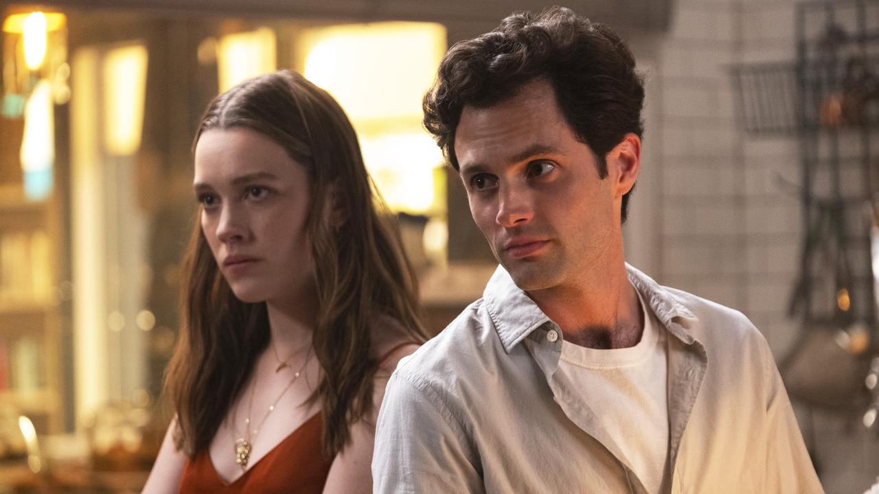 Penn Badgley et Victoria Pedretti dans la saison 2 de You sur Netflix