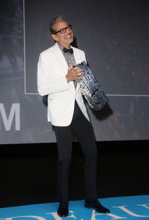 Jeff Golfblum hilare avec son prix