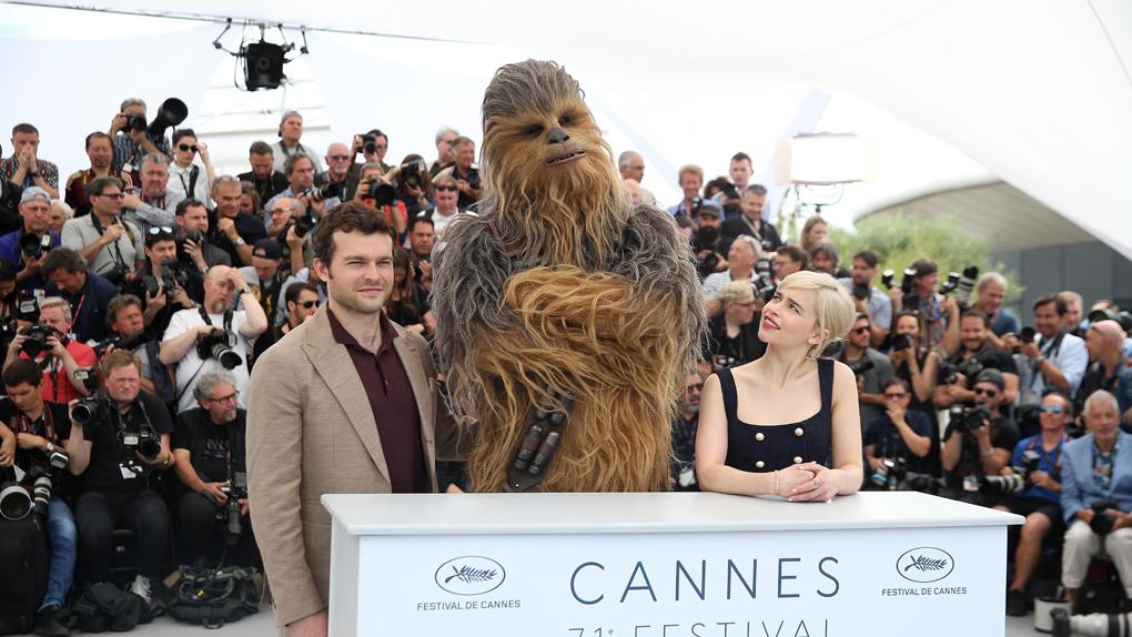 "Chewbacca, Alden Ehrenreich et Emilia Clarke au photocall de ""Solo"""