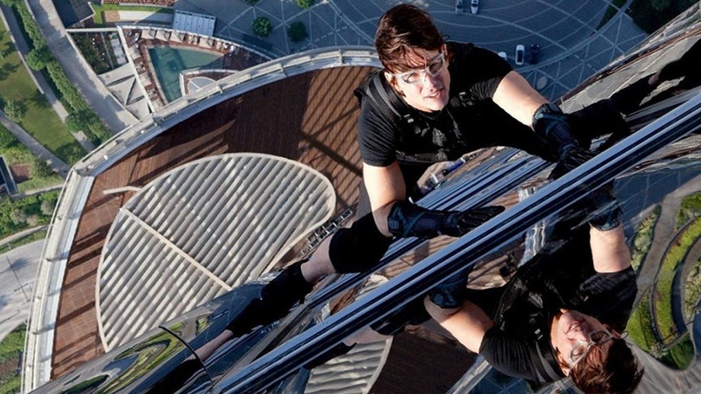Tom Cruise escaladant la tour Burj Khalifa dans Mission : impossible - protocole fantôme (2011)
