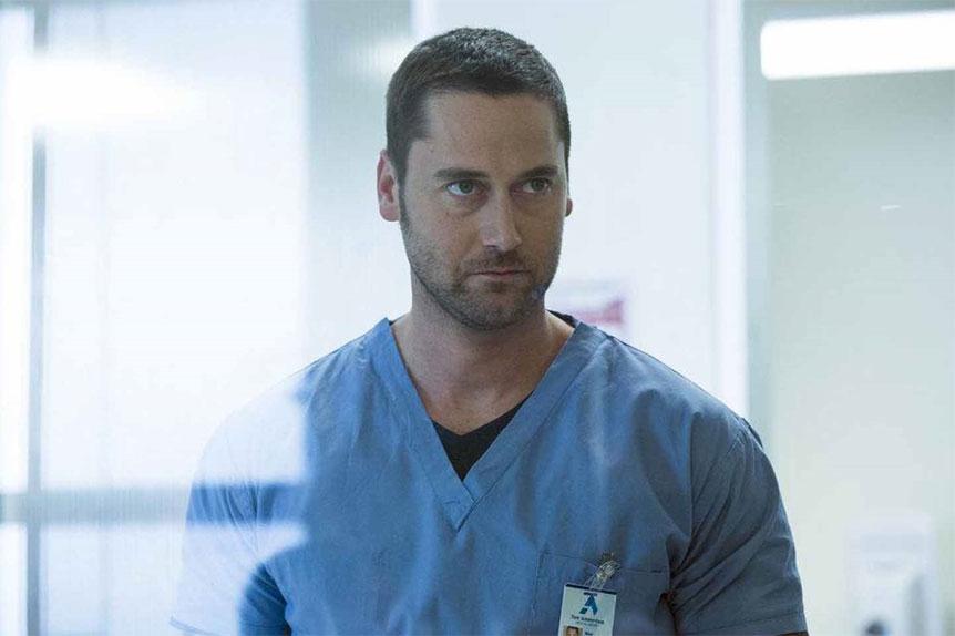 Ryan Eggold endosse la blouse d'un brillant médecin dans sa nouvelle série New Amsterdam.