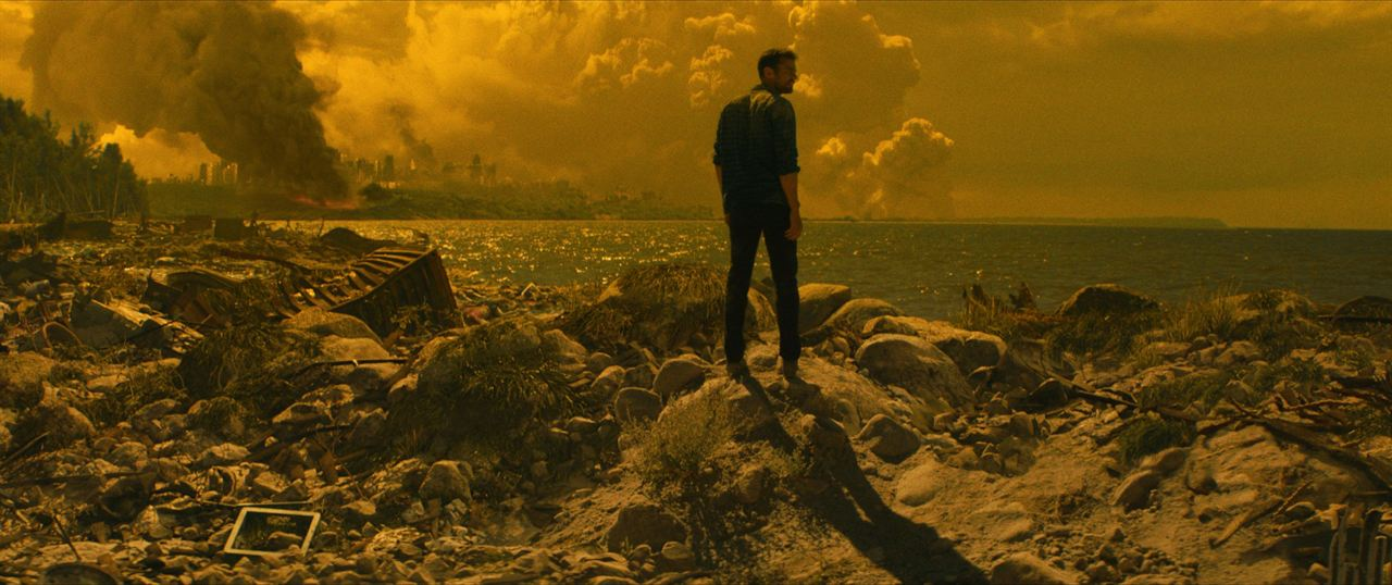 How It Ends : Photo Theo James