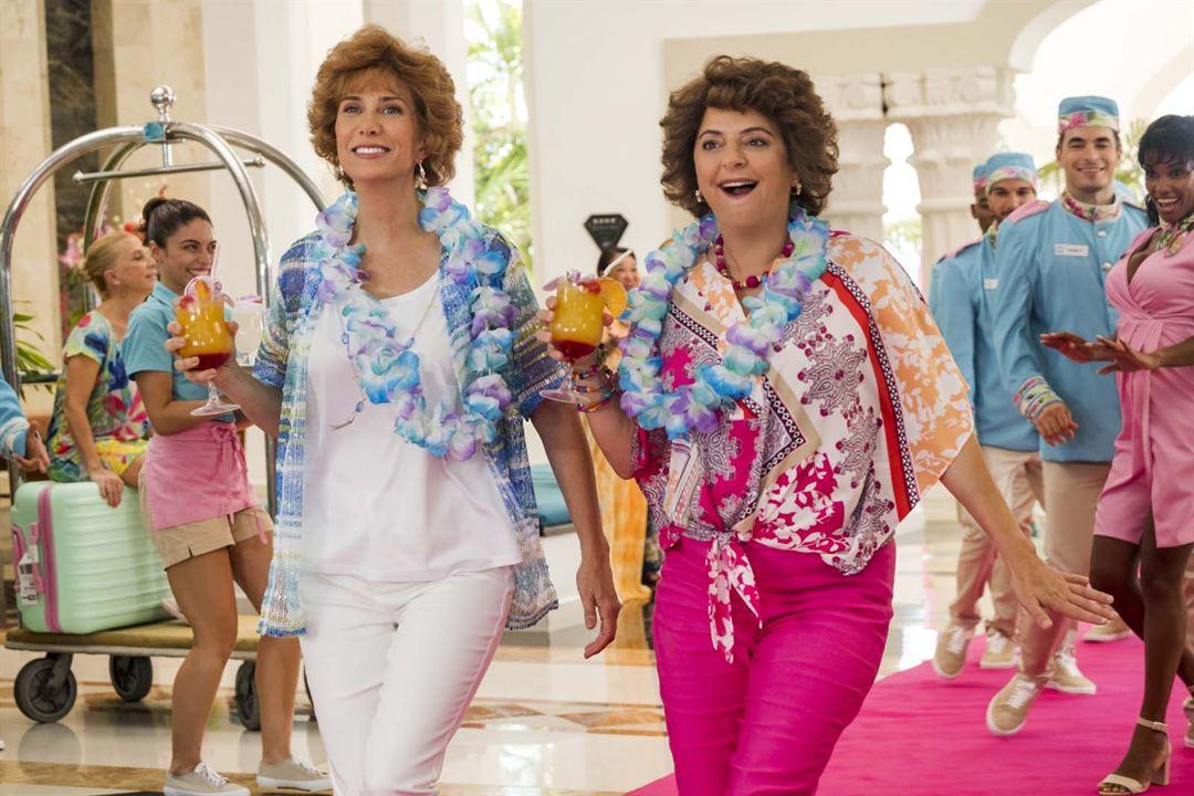 Barb & Star Go to Vista Del Mar : Photo Annie Mumolo, Kristen Wiig
